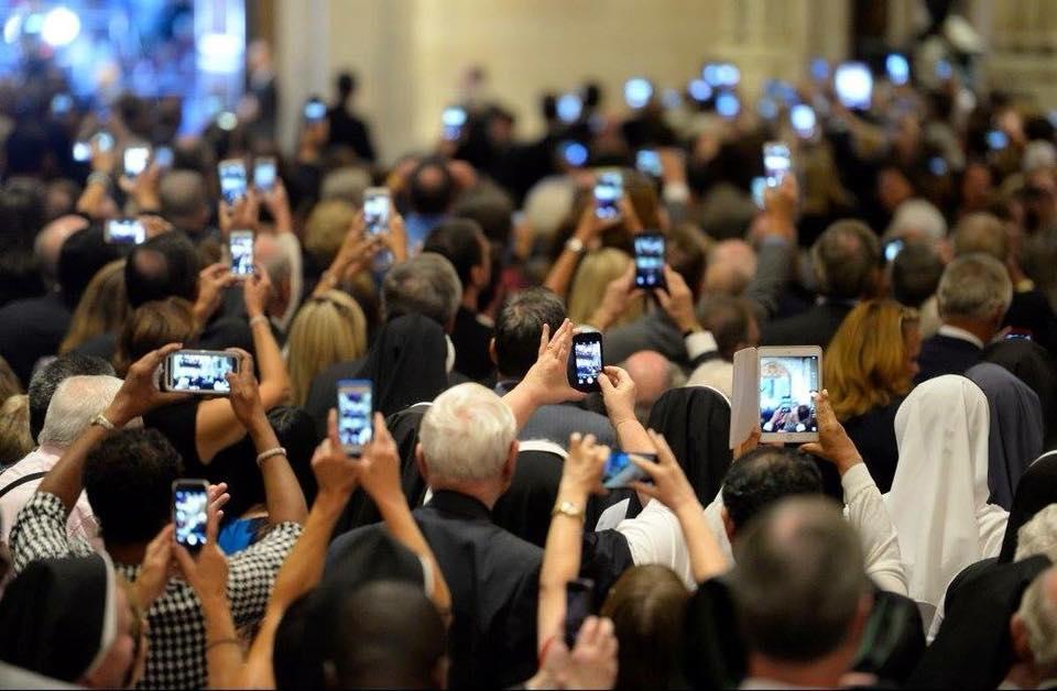 Đức Thánh Cha: Khi tham dự Thánh lễ, đừng chụp hình